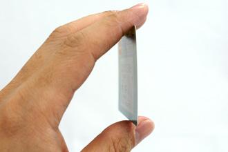 リライトカードの薄さを表す写真です。