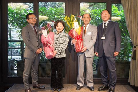 社長、専務へ花束贈呈の写真